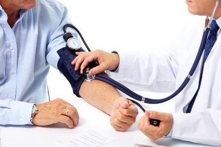 Фото врач измеряет давление