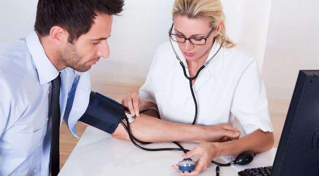 Измерение давления у врача