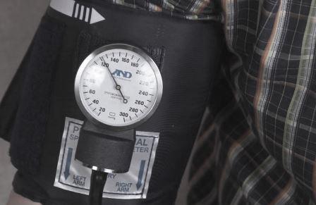 Тонометр показывает 120 давление
